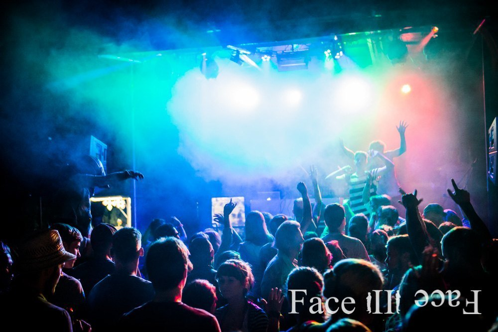 Gerne stellen wir Ihnen auch komplette Bühnen zur Verfügung - Veranstaltungstechnik von Face II Face