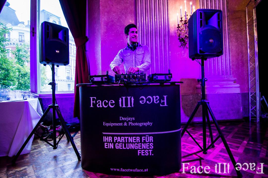 Mit unserem DJ bekommen Sie die komplette Tontechnik sowie Licht